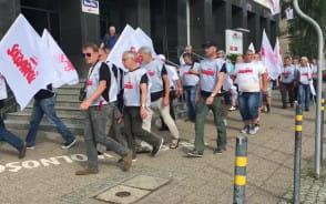 Związkowcy z Solidarności idą pod Pomnik Poległych Stoczniowców