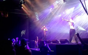 Hip-hopowe AJ Tracey na scenie ...
