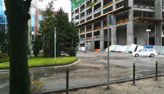 Przewrócone ogrodzenie placu budowy