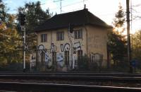 Zdewastowany budynek kolejowy przed zamurowaniem wejść i okien na parterze