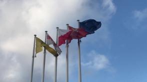 Odwrócone flagi Solidarności i województwa Pomorskiego