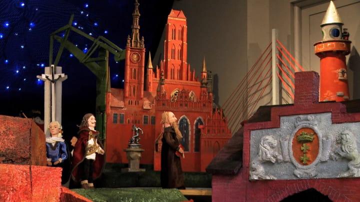Zobacz gotycki kościół zruchomą szopką.