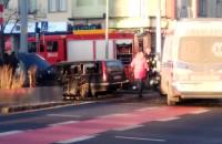 Skutki wypadku karetki z samochodem osobowym we Wrzeszczu