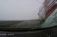 Lód z ciężarówki spada i zbija szybę na obwodnicy Trójmiasta