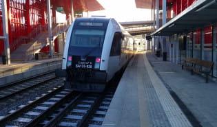 Pociąg wjeżdża na stację Gdynia Karwiny PKM