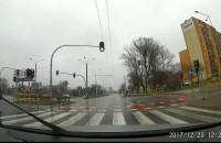 Pieszy wchodzi na jezdnie na czerwonym