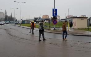 Zabłocona jezdnia przy budowie w centrum Gdańska