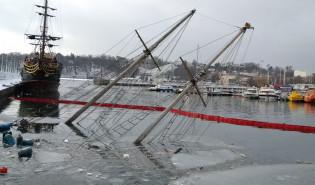 Zatopiony jacht w gdyńskiej marinie