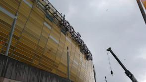Logo wraca na elewację stadionu w Letnicy