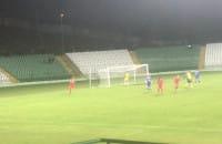 Przemysław Macierzyński zdobywa bramkę z rzutu karnego w meczu Lechia - Pogoń Siedlce