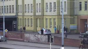 Policyjna eskorta samochodów z rodzącą kobietą