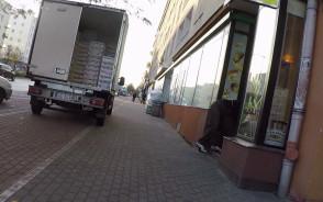 Dlaczego dostawcy zawsze stają na drodze rowerowej?