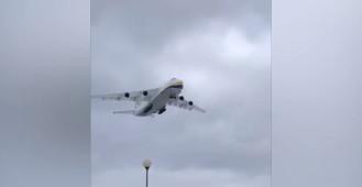 Lądowanie samolotu Antonow - 124 Rusłan na lotnisku w Gdyni