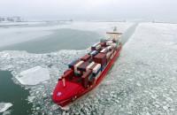 Statki wpływające do zamarzniętej Gdyni