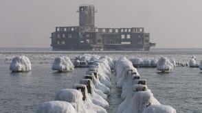 Gdyńska torpedownia w zimowej scenerii