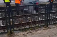 Próba usunięcia samochodu z torów