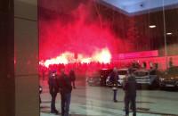 Przemarsz z racami przed meczem Arka - Legia