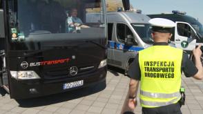 Funkcjonariusze kontrolują autobusy wożące dzieci