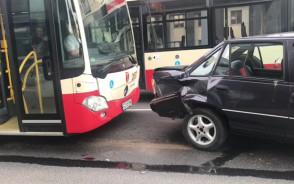 Zmiażdżone auto w wypadku na Wałach Piastowskich