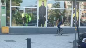 Artysta na rowerze jednokołowym jedzie przez Wrzeszcz