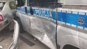 Skutki uderzenia samochodu w radiowozy na Witominie