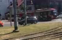 Skutki kolizji tramwaju z autem przy Operze Bałtyckiej