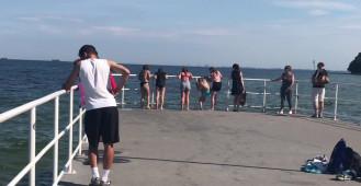 Dzieci skaczą do wody z bulwaru w Gdyni