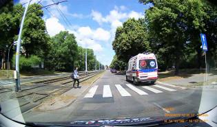 Kierowca ustępuje pieszemu, a auta dalej jadą