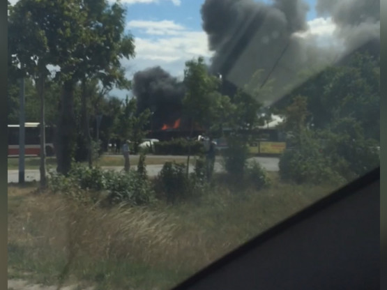 Ogień w w hali przy ul. Budowlanych
