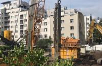 Dźwig pracujący tuż przy balkonie w centrum Gdyni