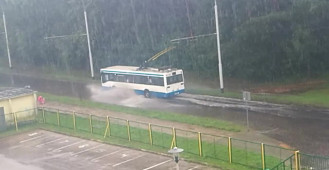 Autobus mknie przez zalane Pustki Cisowskie