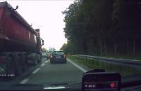 Ciężarówka nie wpuszcza osobówki na pas na obwodnicy