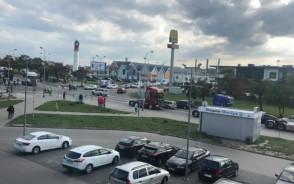 Przejazd ciężarówek na Szadółkach. Policja kieruje ruchem