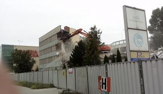 Rozbiórka Hydrobudowy. Kontrolowane zawalenie się fragmentu dachu