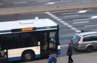 Kolizja osobówki z autobusem przy SKM Wzgórze