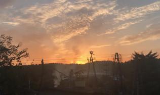 Dym z kominów na działkach w Redłowie