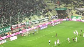 Dusan Kuciak broni karnego w meczu z Cracovią