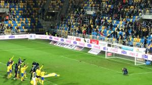 Piłkarze i kibice Arki Gdynia celebrują zwycięstwo