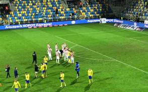 Piłkarze Arki i Cracovii dziękują kibicom za doping