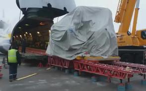 Załadunek samolotu Antonow An-124