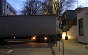 Kierowca ciężarówki niszczy znaki w centrum Gdyni