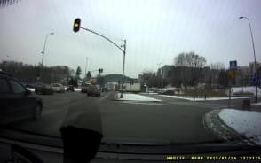 Rowerzysta po przejściu na czerwonym