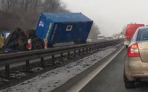 Moment wypadku ciężarówki na obwodnicy