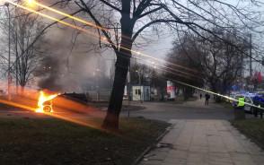 Gaszenie płonącego auta przy Placu ...