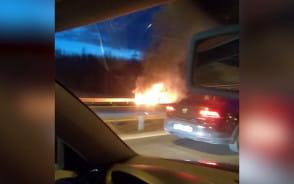 Auto w płomieniach na wysokości Kowal
