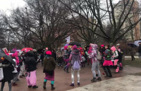 Manifa zbiera się przed Urzędem Miasta w Gdyni