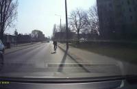 Rowerzysta jedzie ulicą obok ścieżki rowerowej