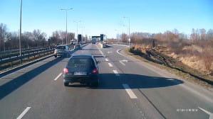 Osobówka zajeżdża drogę ciężarówce