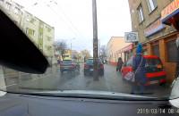 Slalom między pieszymi na chodniku