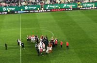 Piłkarze rozmawiają z kibicami po meczu